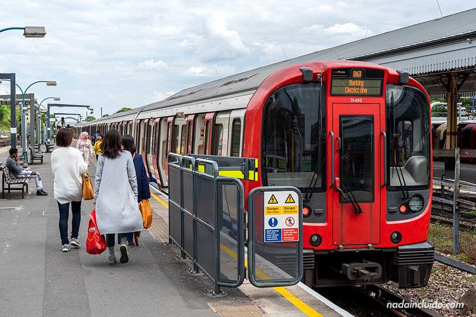 Parada del metro Distric Line en el barrio de Ealing (Londres, Inglaterra)