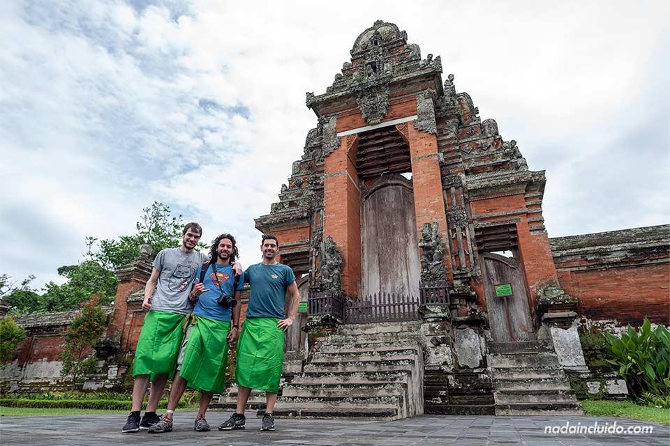 Blogueros en el templo Taman Ayun de Bali (Indonesia)