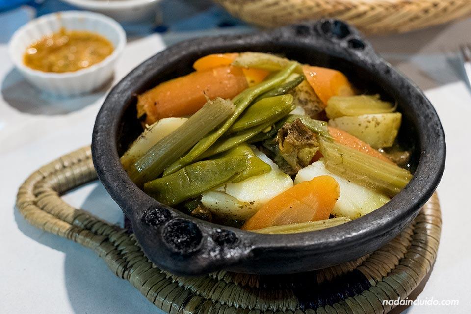 Comiendo tajín en un restaurante de Chefchaouen (Marruecos)