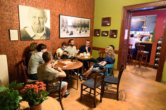 Jugando a juegos de mesa en un bar de Cluj-Napoca (Rumanía)