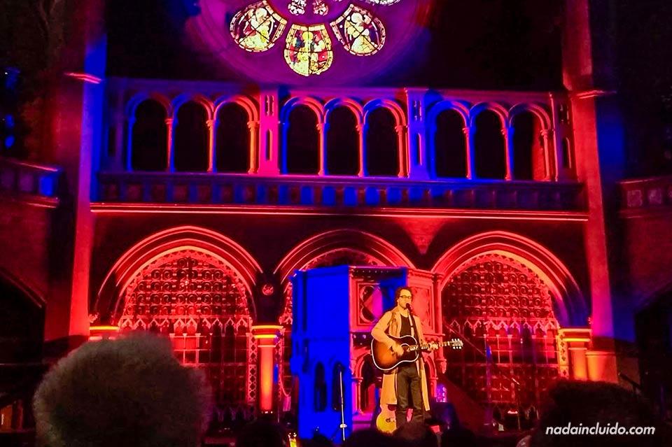 Concierto de Amos Lee en mayo 2019 en la iglesia Union Chapel de Londres (Inglaterra)