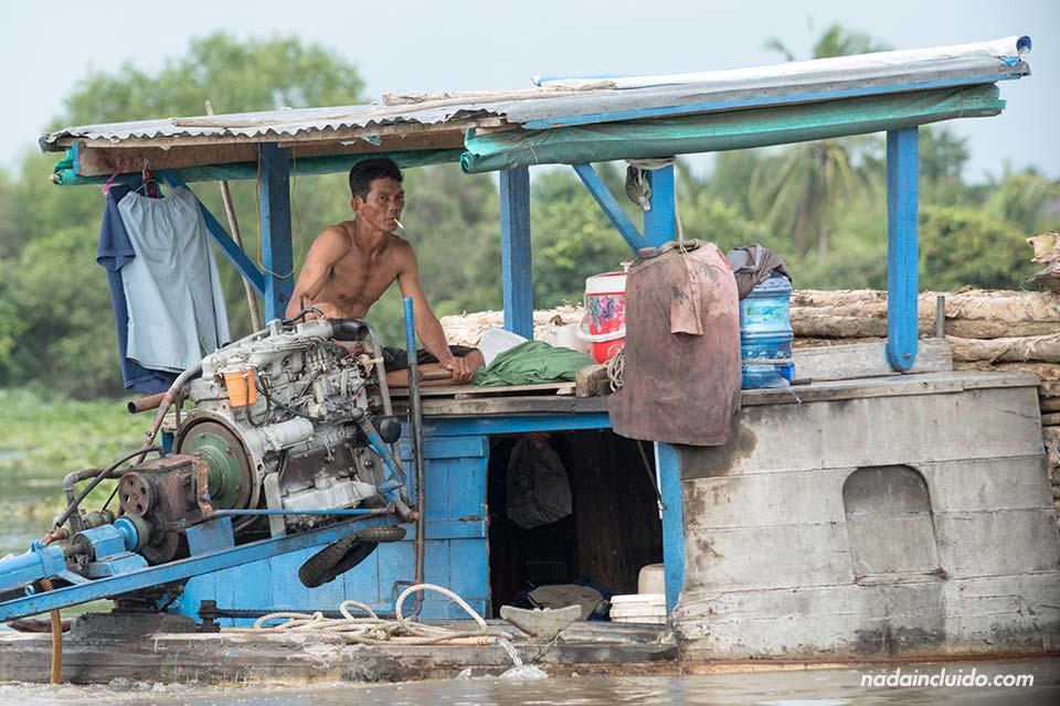 Barco transporta maderas en el delta del Mekong (Vietnam)