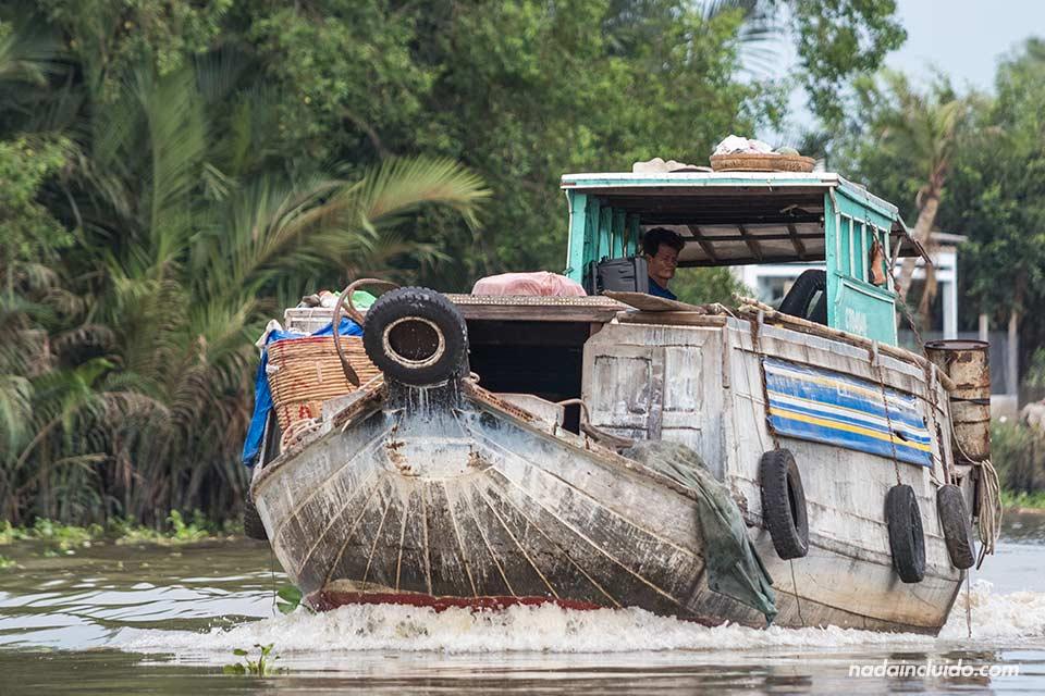 Barco navega en el delta del Mekong (Vietnam)