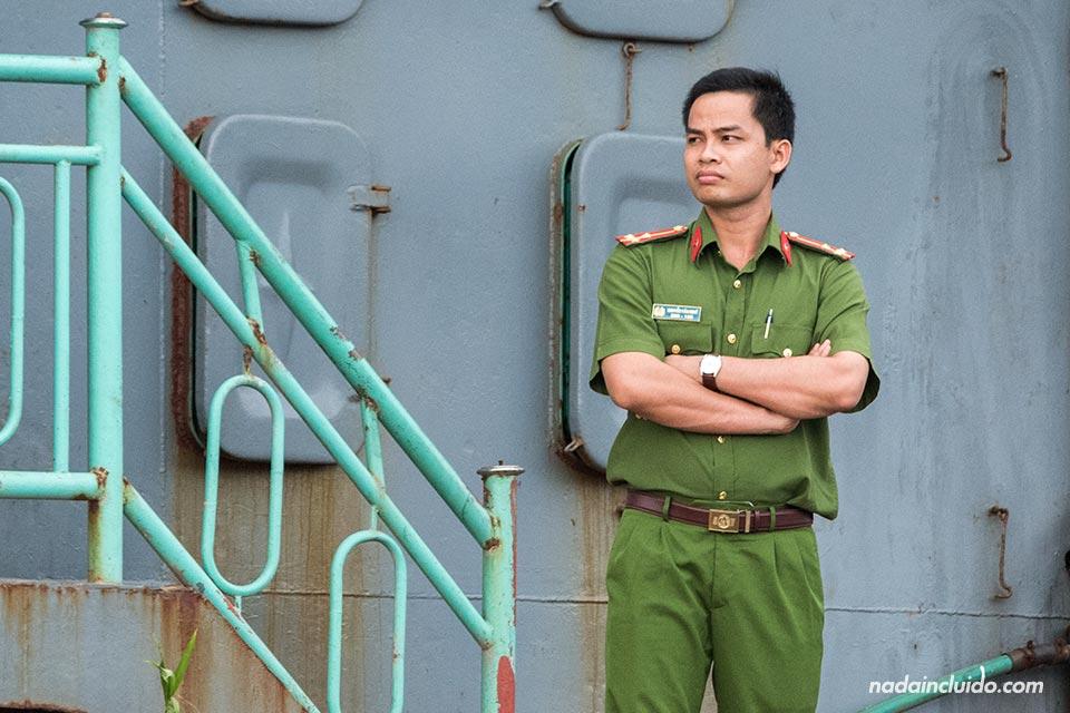 Militar en un barco sobre el río Saigón (Vietnam)