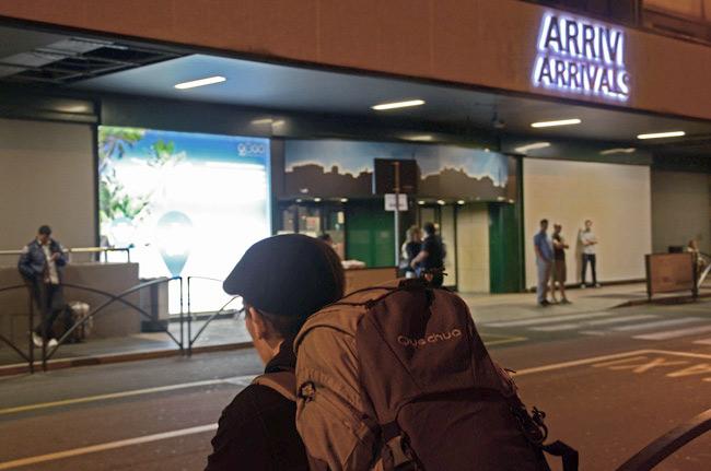 Diego espera en la puerta del aeropuerto a nuestra llegada a Bérgamo (Italia)