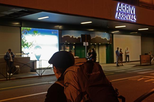 Turista esperando a la salida del aeropuerto de Bérgamo