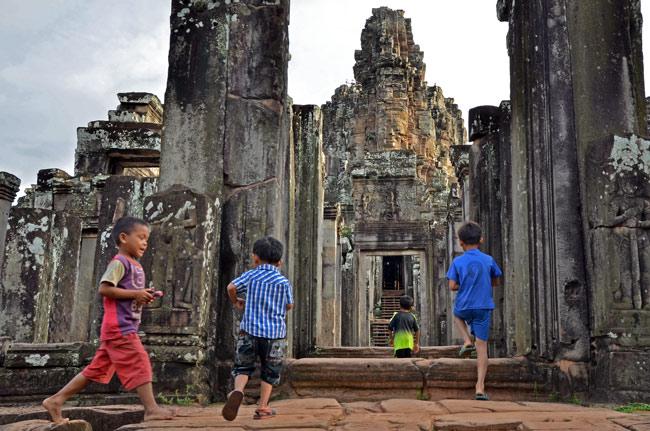Niños entrando en Bayon, Angkor (Siem Reap, Camboya)