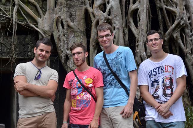 Una raíz atraviesa el Templo Ta Prohm en Angkor (Siem Reap, Camboya)