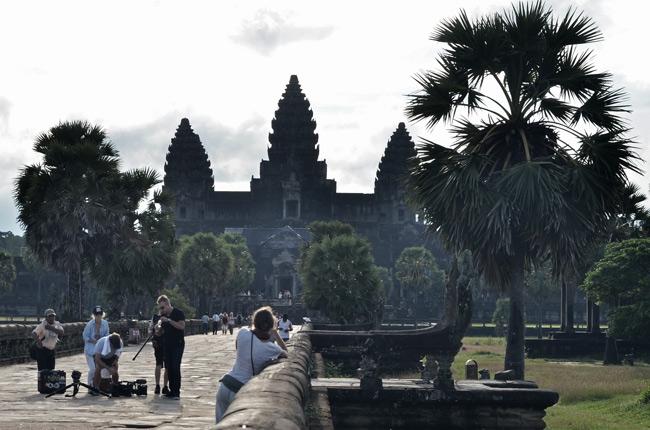 Puente hacia el Angkor Wat (Siem Reap, Camboya)