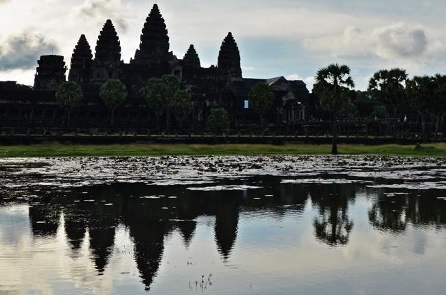 Reflejo de Angkor Wat en el lago (Siem Reap, Camboya)