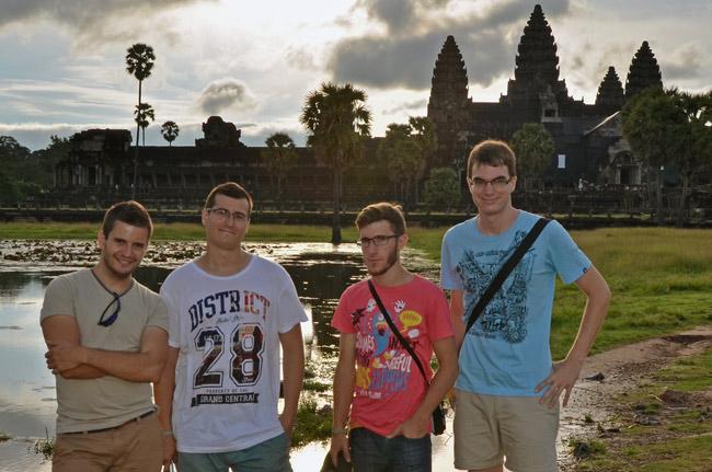 En el exterior del Angkor Wat (Siem Reap, Camboya)