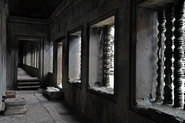 Las primeras luces del día entran por las ventanas del Angkor Wat (Siem Reap, Camboya)