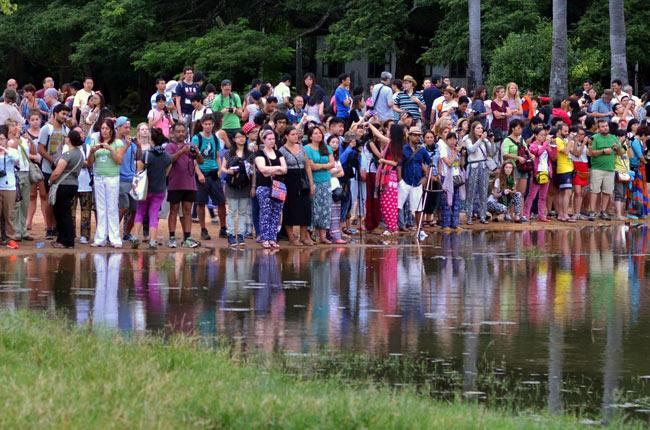 Multitud de turistas se agolpan junto al lago a las puertas del Angkor Wat (Siem Reap, Camboya)