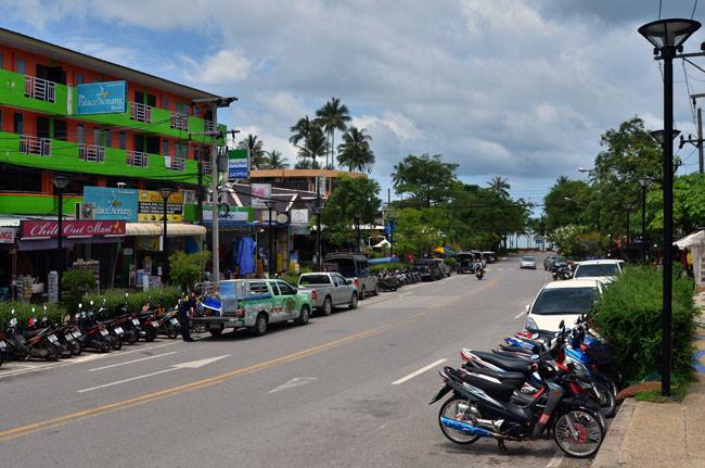 Calle principal de Ao Nang, ciudad costera de Tailandia