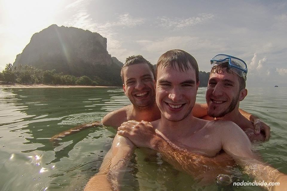 Bañándonos en la playa de Ao Nang (Tailandia)