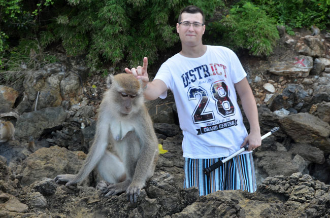 Con un mono en la playa de Ao Nang (Tailandia)
