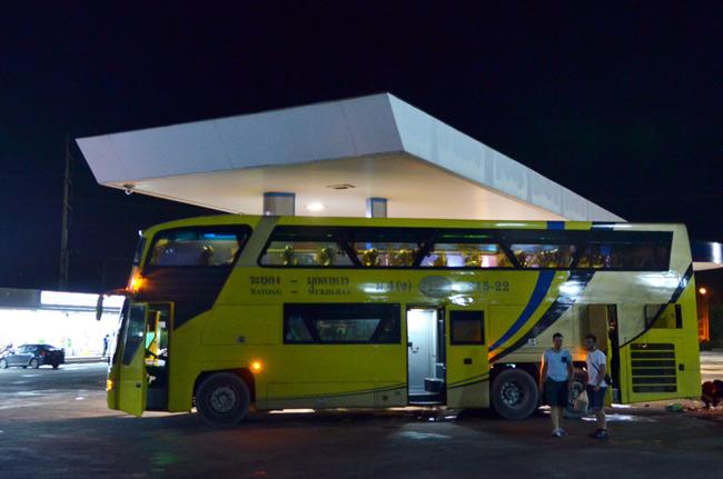 Parada en área servicio en nuestro viaje en autobús de Pattaya a  Aranyaprahtet (Tailandia)