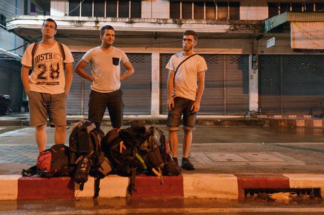 En Aranyaprathet nos dejó nuestro autobús, frontera de Tailandia con Camboya