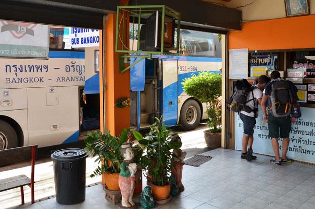 En la estación de autobús de Aranyaprathet (Tailandia) cogiendo un autobús hasta Poi Pet, la frontera con Camboya