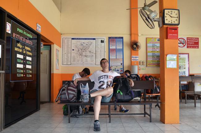 Esperando en la estación de bus de Aranyaprathet (Tailandia)