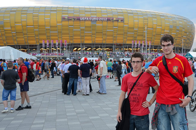 Dos aficionados españoles a las puertas del estadio de fútbol de Gdansk, el Gdansk Arena
