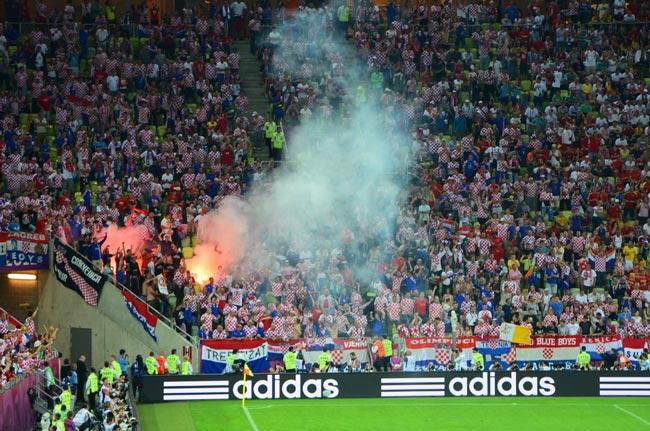 Aficionados encienden una bengala en el Gdansk Arena (Polonia)