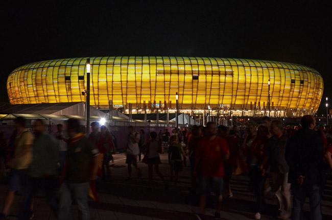 El Arena Gdansk iluminado de noche, después del partido España - Croacia de la Euro2012