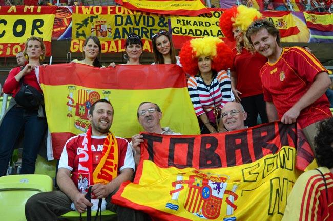 Aficionados polacos y españoles en el Gdansk Arena (Polonia)