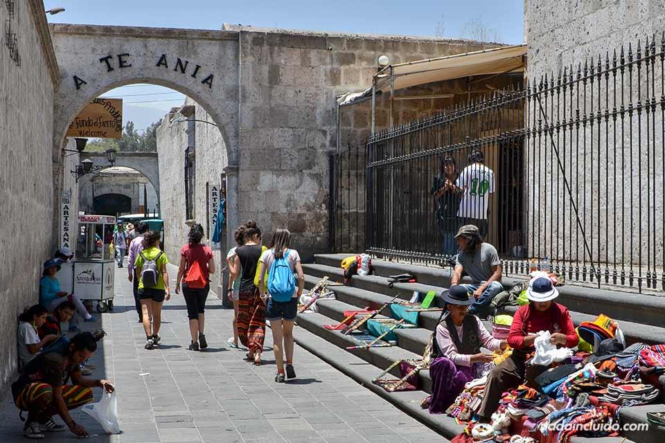 Arequipa,-Iglesia-San-Francisco,-callejón-(I)