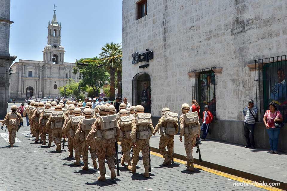 Arequipa,-Plaza-de-las-armas,-ejército-(I)