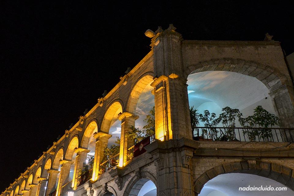 Arequipa,-Plaza-de-las-armas,-noche,-arcos-(I)