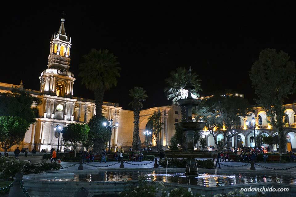 Arequipa,-Plaza-de-las-armas,-noche,-fuente-(I)