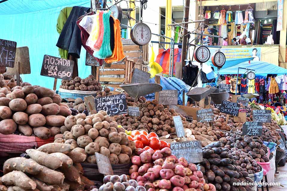 Puesto de papas (patatas) en el mercado de Arequipa (Perú)