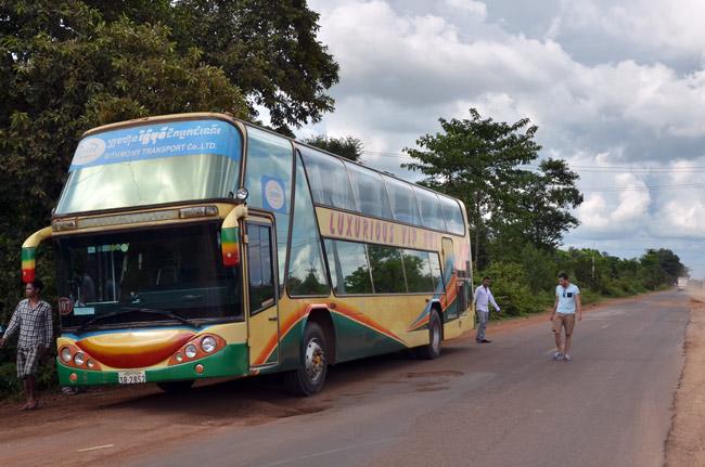 El autobús que nos llevaba de Siem Reap a Phnom Penh pincha en medio de la carretera (Camboya)