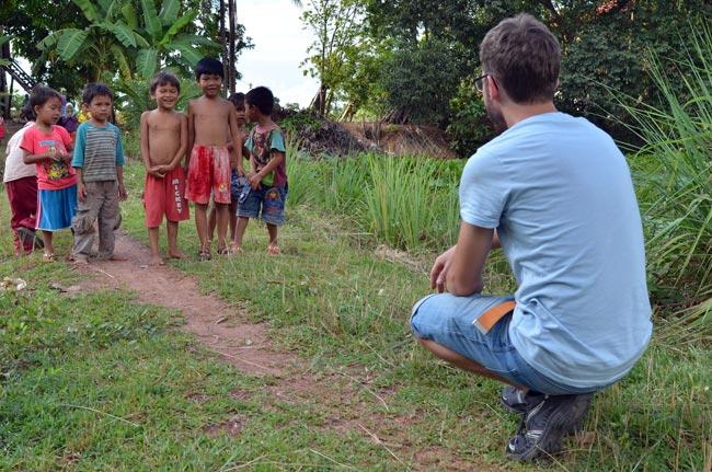 Haciendo magia  a unos niños camboyanos