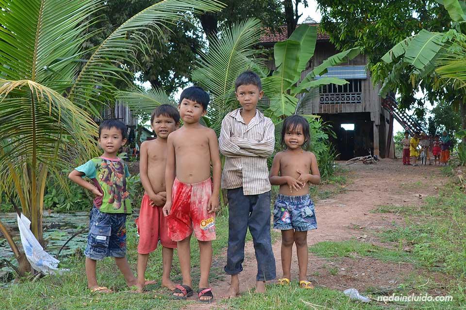 Niños en una aldea de Camboya, cerca de Phnom Penh