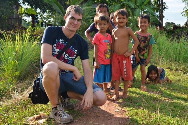 Tratando de ayudar en una aldea necesitada en Camboya, cerca de Phnom Penh