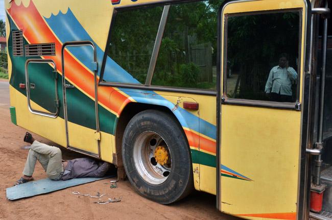 Pinchazo en el Autobús que nos llevaba desde Siem Reap - Phnom Penh (Camboya)