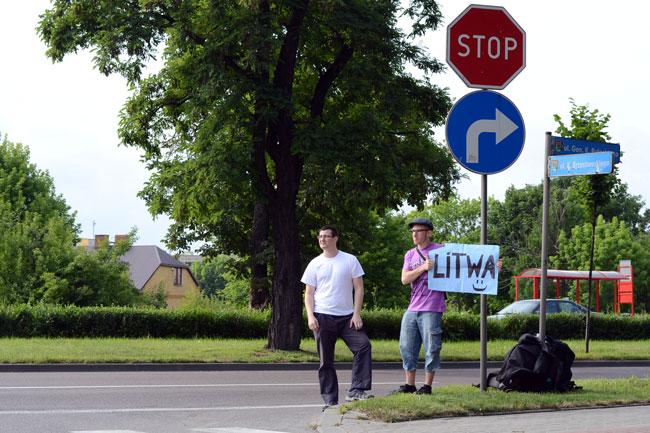 Dos autoestopistas buscan suerte en la frontera Polonia - Lituania