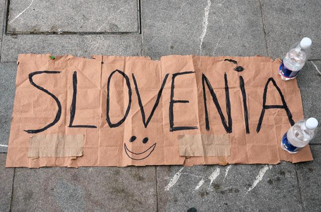 Cartel para hacer autostop en la frontera de Italia con Eslovenia
