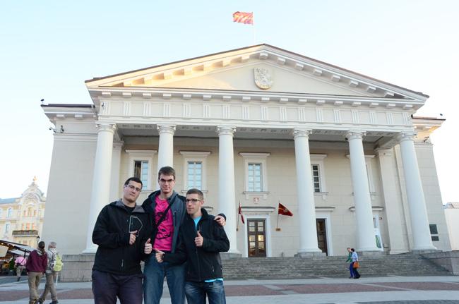 Turistas en el Ayuntamiento de Vilna (Lituania)