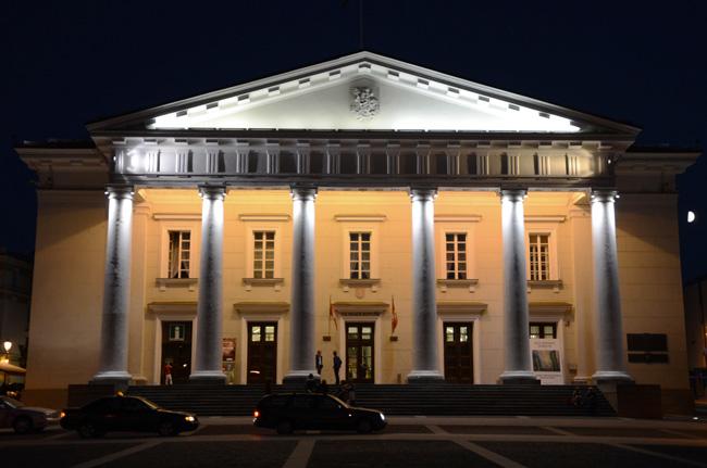 Iluminación nocturna en el ayuntamiento de Vilnius (Lituania)
