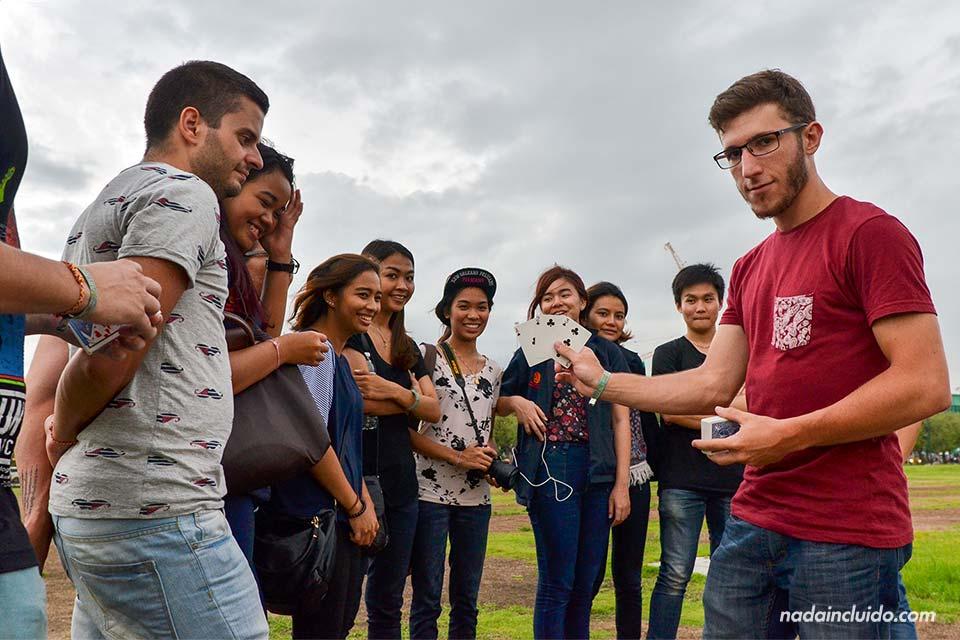 Diego hace un espectáculo de magia en los jardines del Gran Palacio de Bangkok (Tailandia)