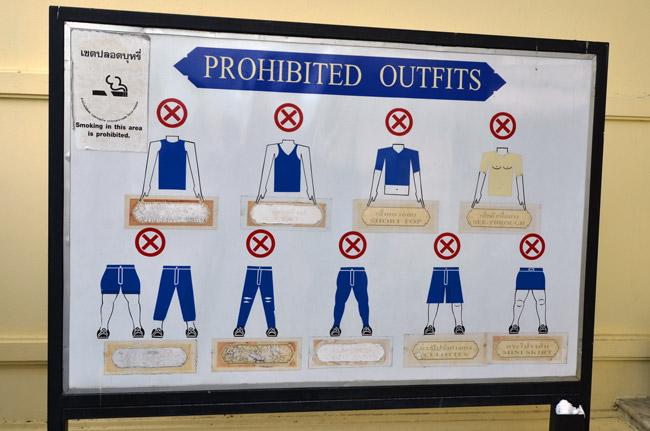 Lista con las ropas de uso no permitido en el Gran Palacio de Bangkok (Tailandia)