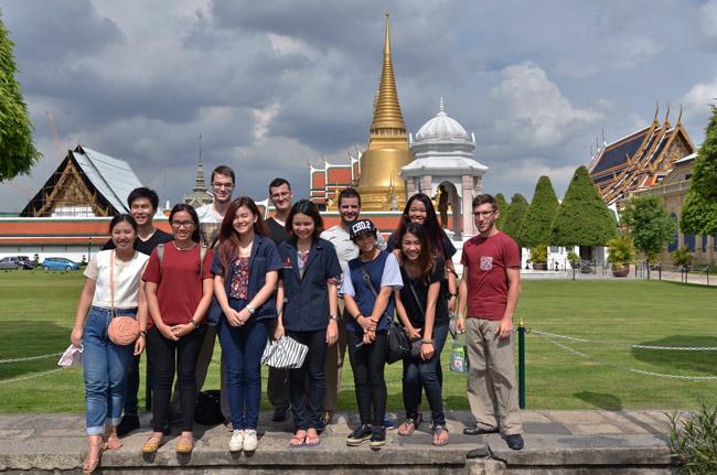 Con nuestras anfitrionas tailandesas en la entrada del Grand Palace de Bangkok (Tailandia)