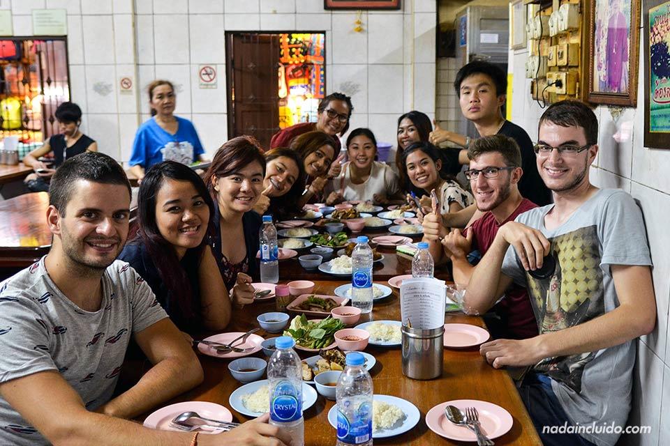 Comiendo con nuestros amigos de Bangkok en un restaurante tailandés (Bangkok, Tailandia)