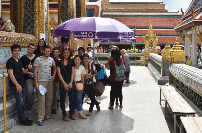 Bajo una sombrilla en el Gran Palacio de Bangkok (Tailandia)