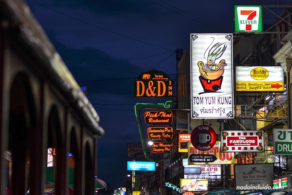 La popular calle de Khaosan Road de noche (Bangkok, Tailandia)