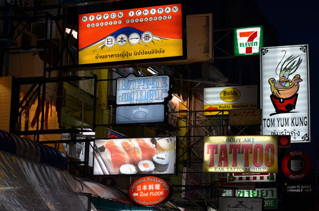 Carteles luminosos en Khao San Road (Bangkok, Tailandia)