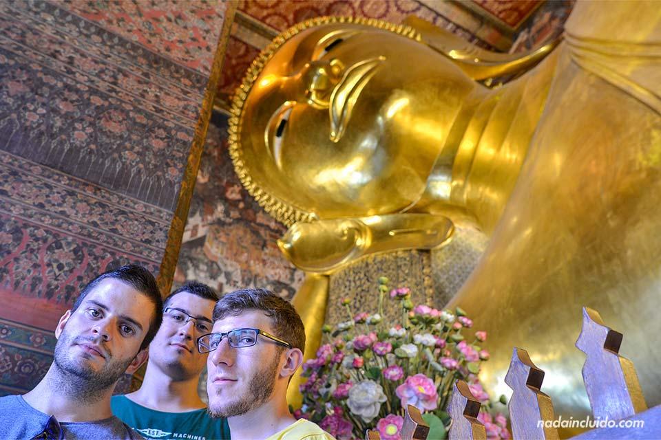 El buda reclinado más grande Tailandia en el Templo Wat Pho (Bangkok)
